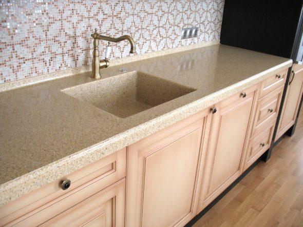 Плинтус на столешницу для кухни: размеры и виды. установка алюминиевого кухонного уголка-бордюра. как крепить плинтус?