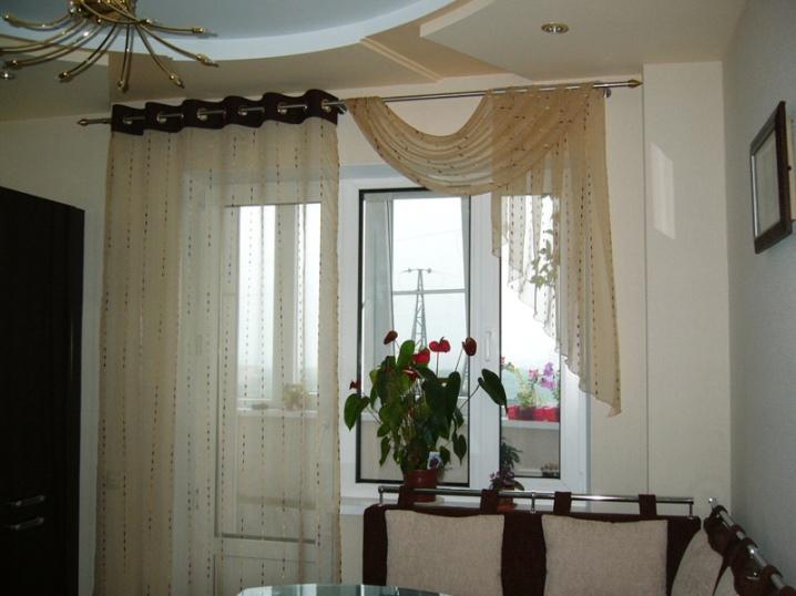 Современный дизайн красивых рулонных штор на балконное окно с дверью для кухни