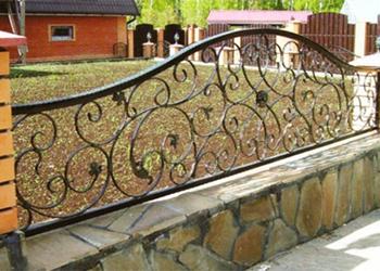 Заборы и ограждения для дома. фото красивых оград частных домов