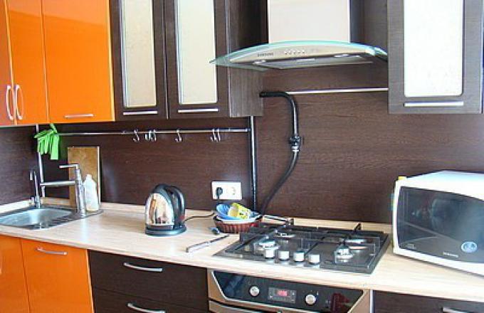 как замаскировать газовую трубу на кухне