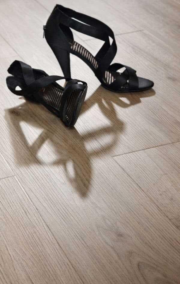 Кварцвиниловая плитка (виниловый ламинат) для пола: плюсы и минусы материала