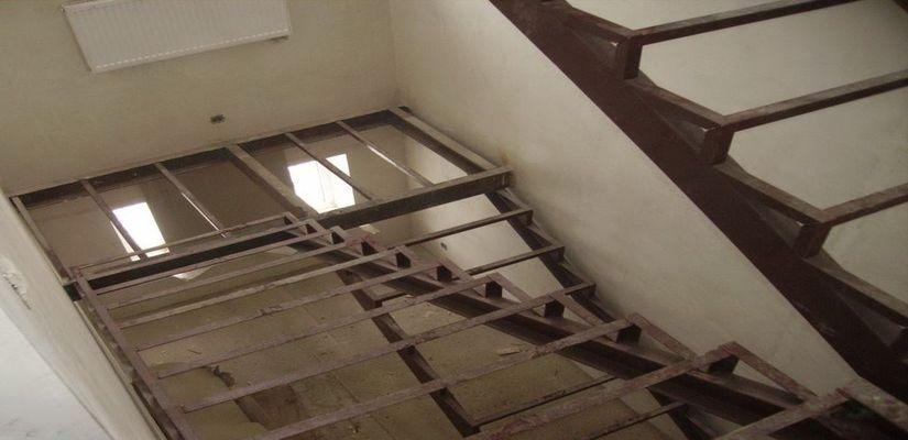 Как сделать косоур для лестницы своими руками - технологии из дерева и металла, особенности монтажа + фото