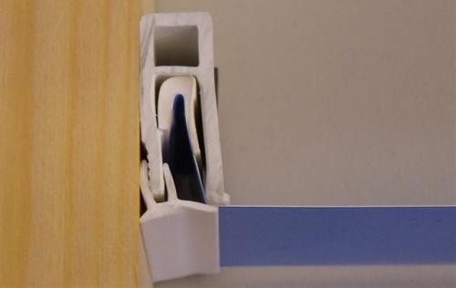 Как закрепить багет натяжного потолка