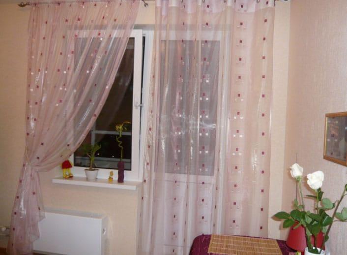 варианты штор для кухни с балконной дверью