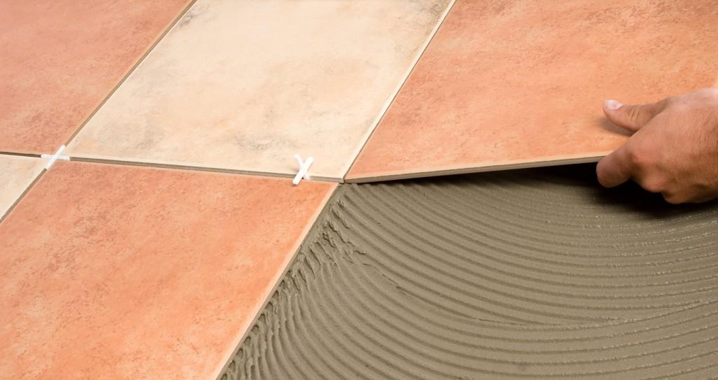 Напольная плитка под ламинат: модные идеи для интерьера