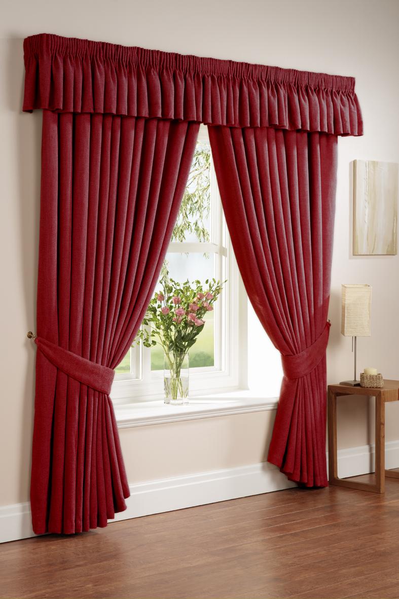 Красные шторы в интерьере гостиной — фото примеров