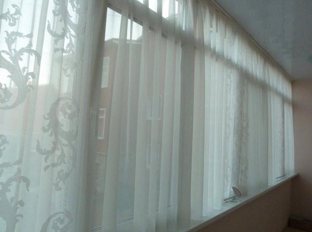 Тюль на балкон: как повесить своими руками на карниз и липучки, выбрать