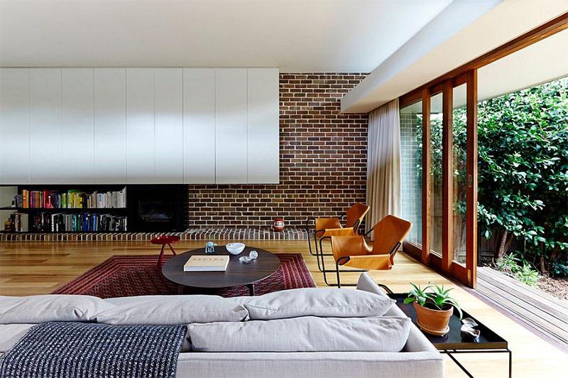 Гостиная с кирпичной стеной - модный и актуальный интерьер с фото