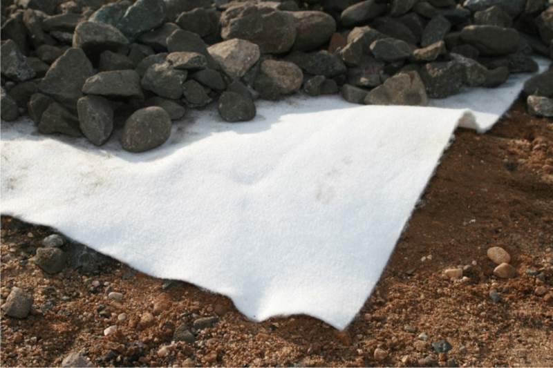 Геотекстиль под щебень: как укладывать для дороги? зачем нужно стелить его между песком и щебенкой? какой использовать для садовых дорожек?