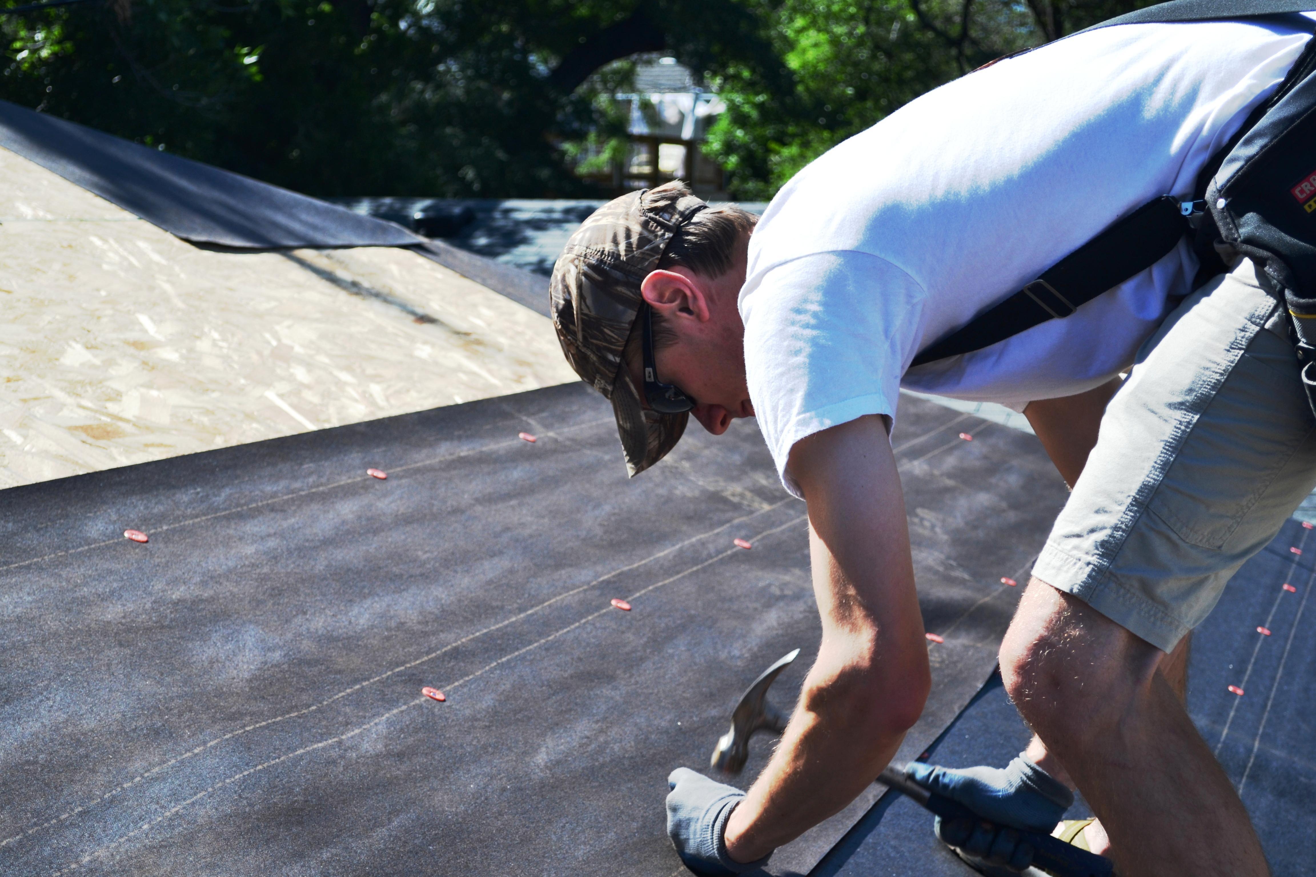 Как покрыть крышу рубероидом своими руками + видео инструкция
