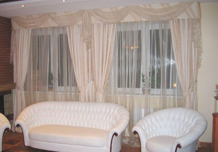 Шторы в гостиную на два окна, красивый дизайн штор для зала с фото