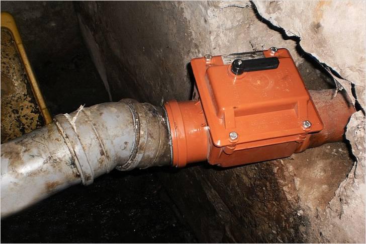 обратный клапан на канализационную трубу