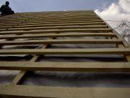 Укладка рубероида: как класть на крышу, какой стороной, как правильно стелить, укладывать, какой кладут