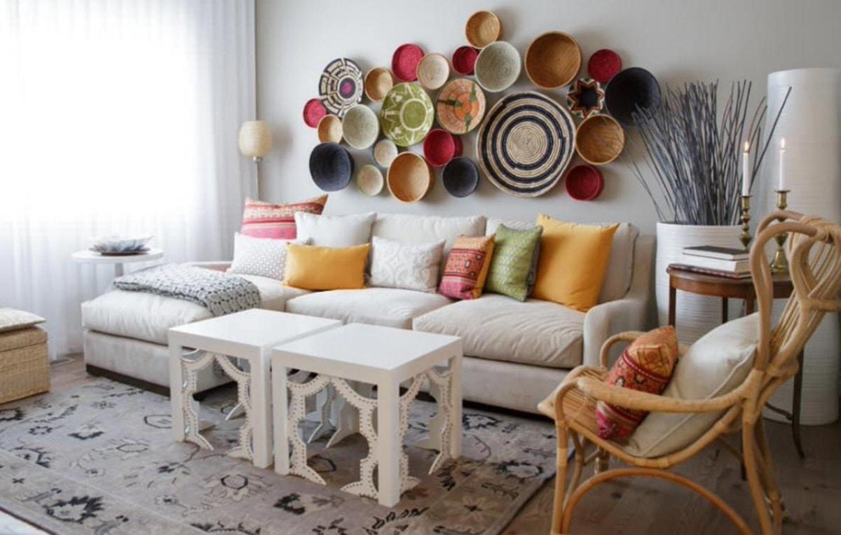Стена над диваном, оформление и декор - фото примеров