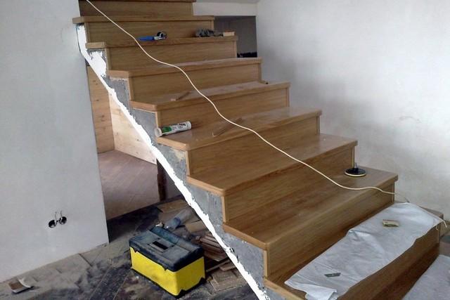 Отделка лестницы (89 фото): облицовка ступеней на второй этаж в частном доме ламинатом или ковролином, виды обшивки