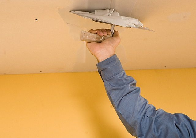 Отделка потолка пластиковыми панелями: видео-инструкция как отделать своими руками, фото