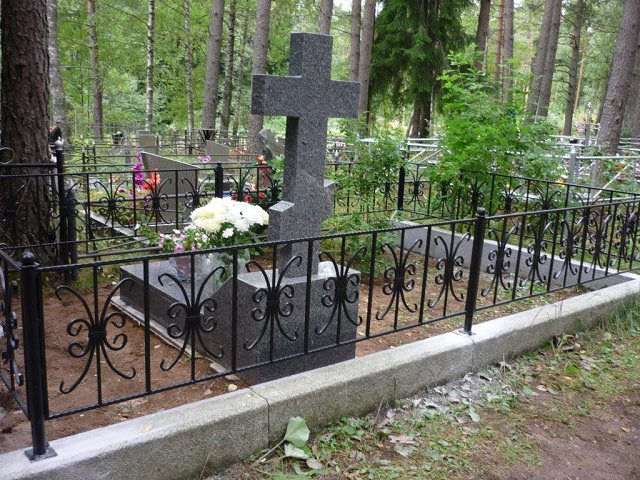 Оформление могил искусственными цветами, цветниками, плиткой на кладбище