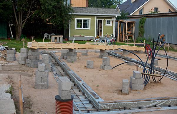 Как залить ленточный фундамент под стоящий (старый) деревянный дом своими руками