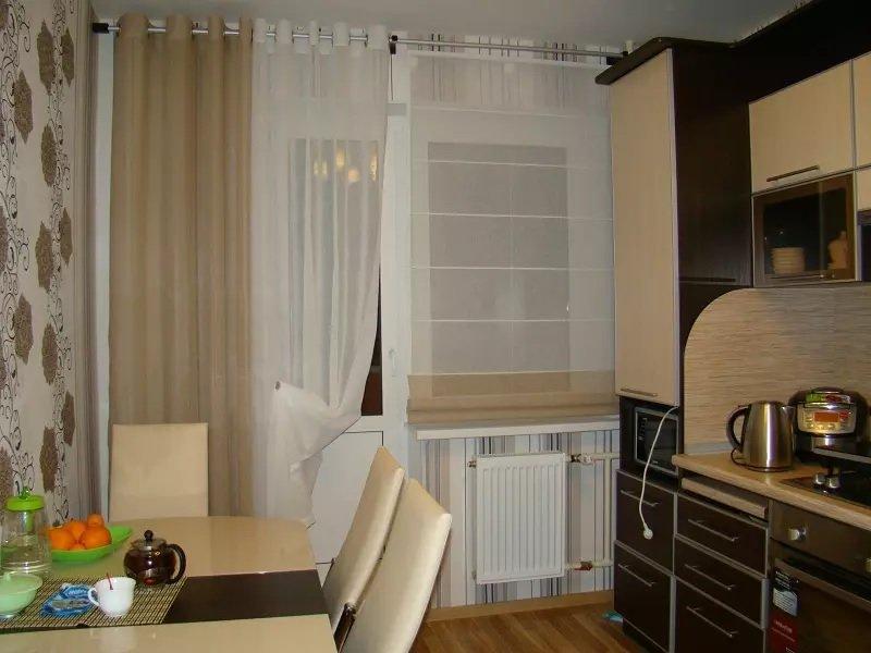 короткие шторы на кухню с балконом