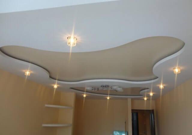 На сколько сантиметров опускается потолок при установке (22 фото): как низко опустится уровень натяжного потолка, минимальное расстояние