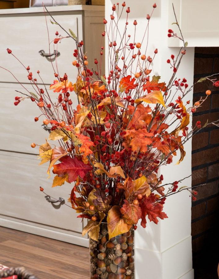букет осенних листьев в вазе