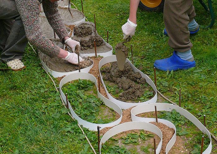 Приготовление смеси для бетонных дорожек на даче и их формовка своими руками