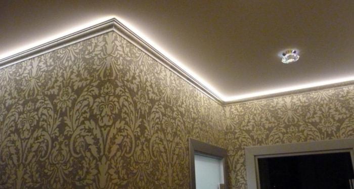 Потолочный плинтус с подсветкой (57 фото): для светодиодной ленты и другие варианты на потолок, установка карнизов для натяжных и других потолков