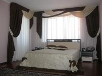 Изысканный комплект штор и покрывало для спальни: подбираем правильно