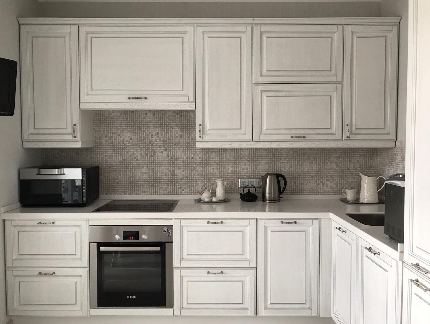 кухня с белыми фасадами