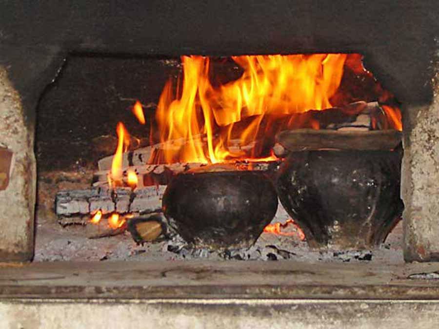 Чем лучше топить печь дровами или топливными брикетами, сравнение