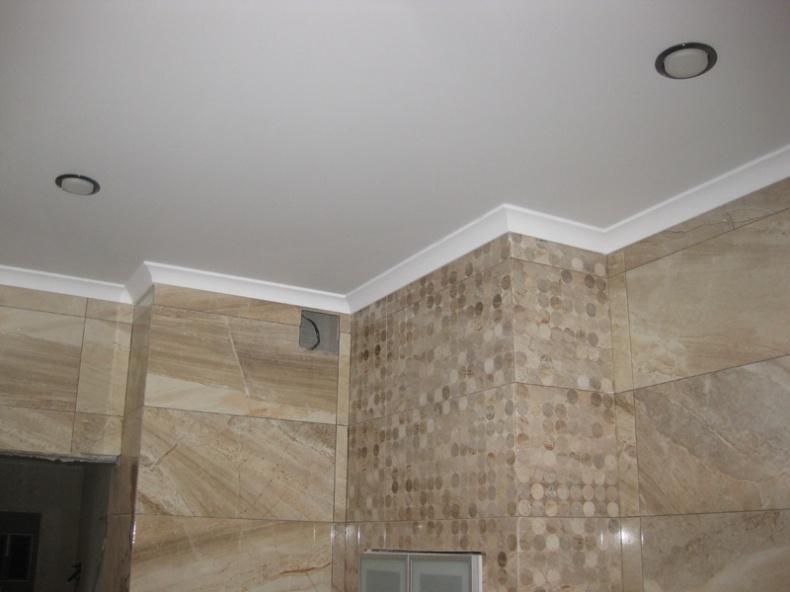 сначала клеить обои или натягивать натяжной потолок