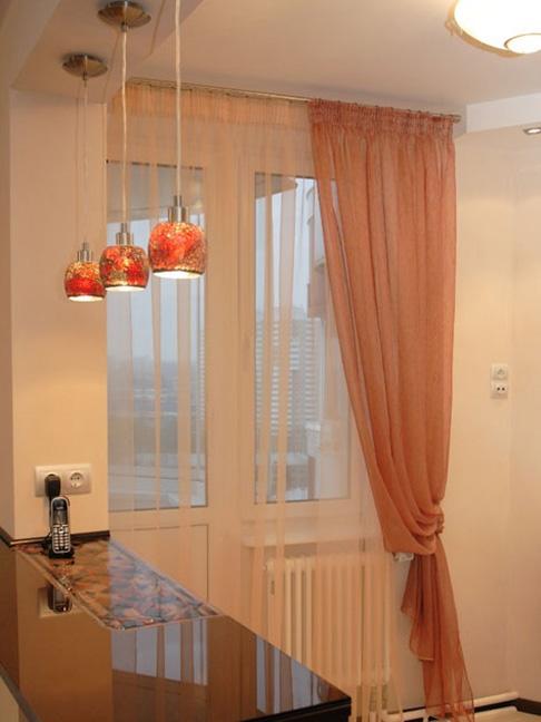шторы на кухню с дверью