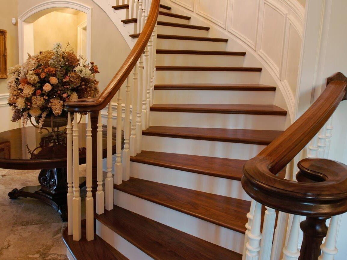 Чем покрасить деревянную лестницу - выбор состава и его нанесение