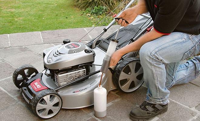 Какой бензин заливать в газонокосилку?