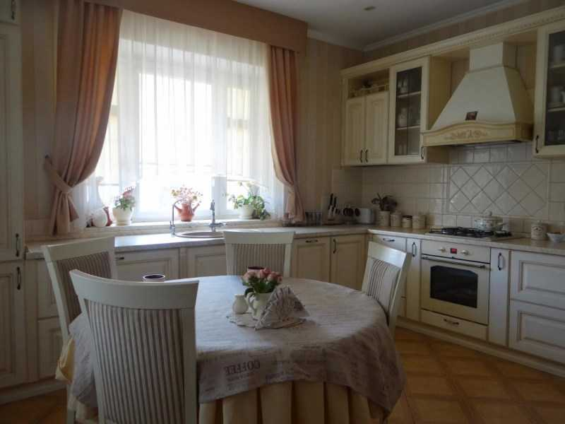 Кухни с балконом: дизайн, фото интерьеров, примеры планировки