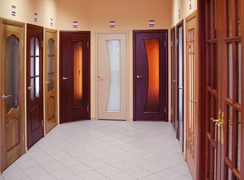 светлый пол и темные двери