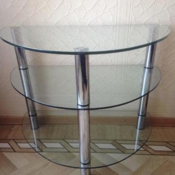 Придиванные столики (51 фото): популярные модели от ikea, приставные варианты на колесах, столик на подлокотник дивана, белые классические с ковкой
