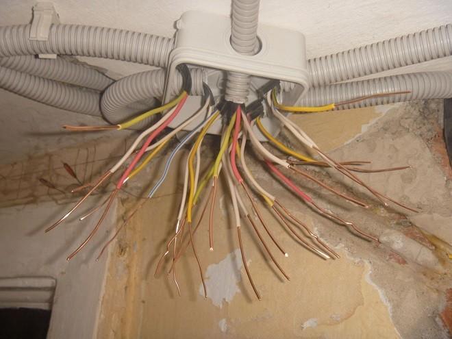 Прокладка кабеля без гофры - 6 причин почему нельзя. на потолке, в стене, под штукатурку.
