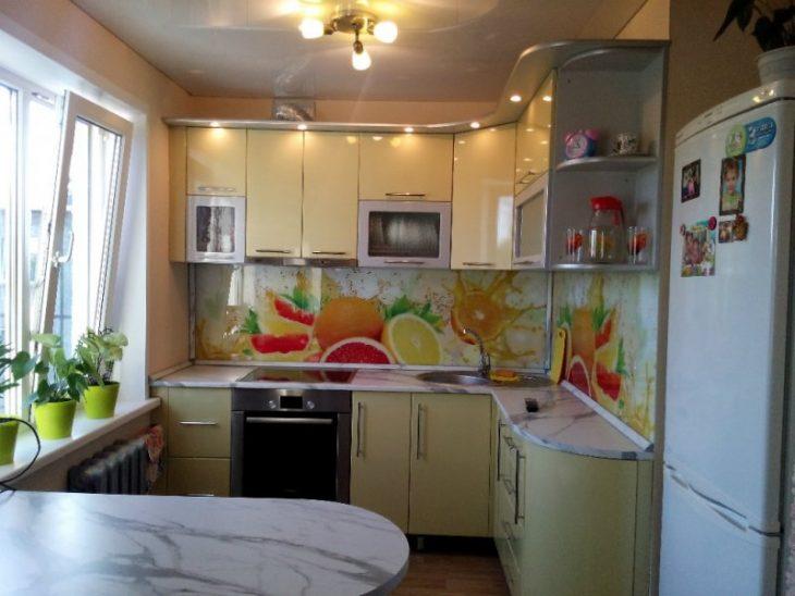 Оформление стены возле стола на кухне (71 фото): как оформить пространство над обеденным кухонным столом? дизайн навесных полок, варианты декора с картинами
