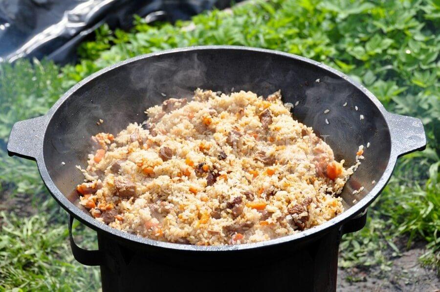 Плов на костре с телятиной черносливом и курагой – кулинарный рецепт