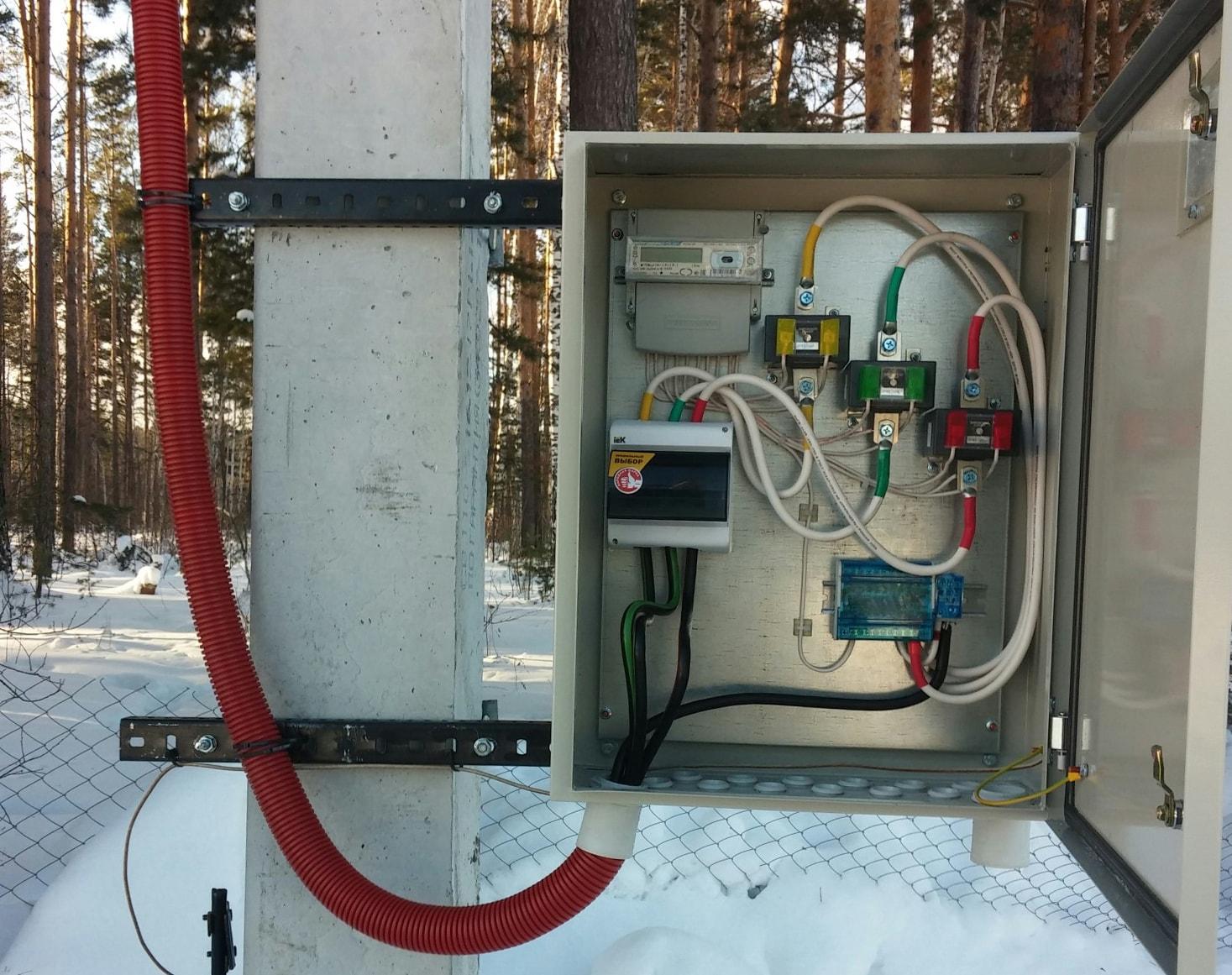 Подключаемся к электросети, счётчик на столбе и временная розетка для строителей