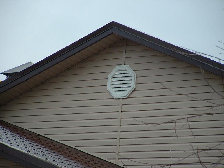 Вентиляция фронтона: сооружение вентилируемой конструкции и устройство решеток