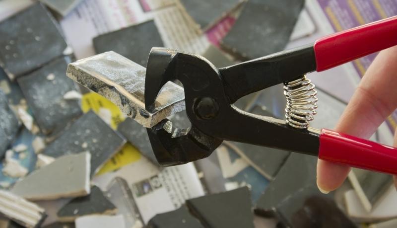 Как правильно резать плитку плиткорезом?