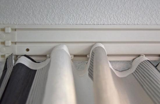 как повесить карниз на потолок