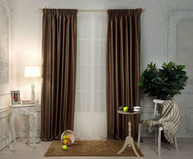 коричневые шторы в интерьере гостиной фото