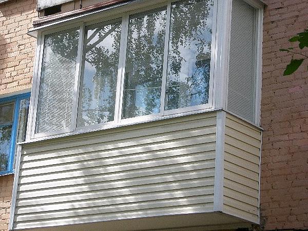 Обшить балкон (65 фото): чем изнутри и снаружи обшивают, пластиком или ламинатом, деревом и мдф, металлопрофилем и блок хаусом