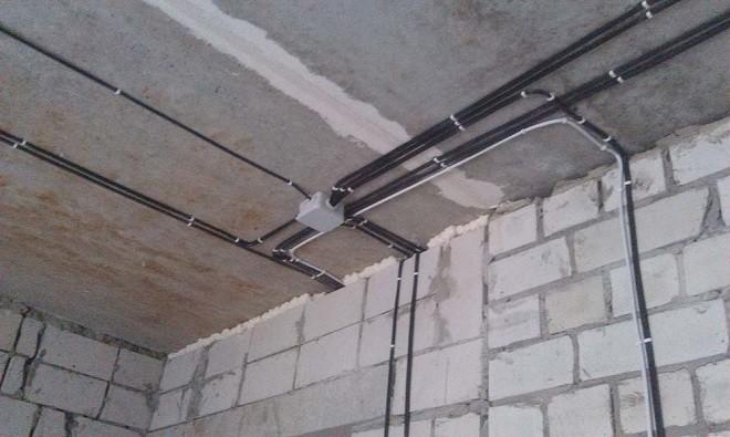Виды монтажа проводки по деревянному потолку