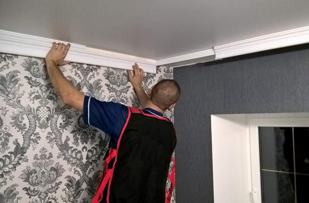 как клеить потолочный плинтус к натяжному потолку