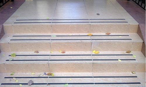 Коврики для ступеней лестницы: как выбирать и крепить?