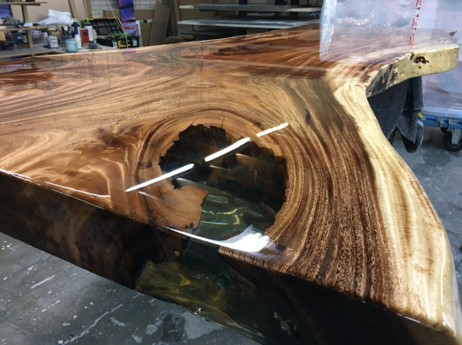 изготовление столов из дерева и эпоксидной смолы